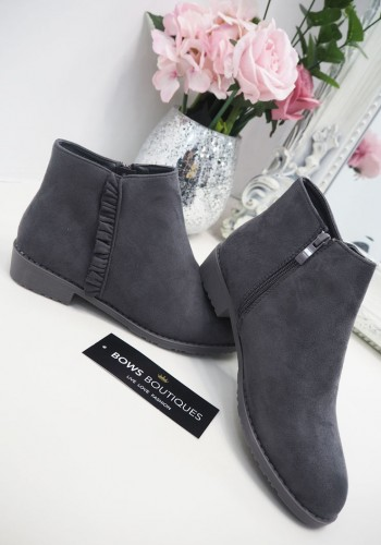 Irissa Frill Detailed Chelsea Boots
